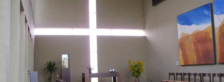 Bild: Autobahnkapelle Hegau:Blick in der Kirche zum Altar mit dem in die Mauer eingelassenem Fensterkreuz.; Quelle: Annette Wohlfeil